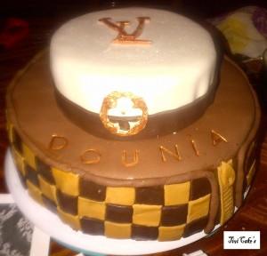 gâteau Louis Vuitton dans Gâteaux avec décorations en pâte à sucre gateau-8-300x288
