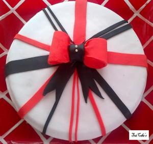 gâteau noir et rouge dans Gâteaux avec décorations en pâte à sucre gateau-9-300x283